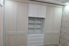 Шкаф с резным декором для спальни