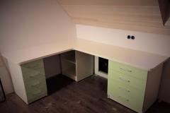 Крашенный  письменный стол для детской комнаты