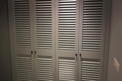Шкаф с жалюзийными дверцами