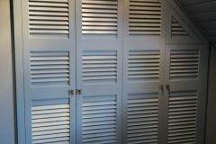 Встроенный шкаф с жалюзийными дверцами