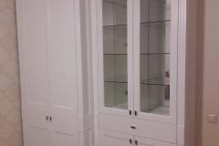 Белый платяной шкаф с витриной
