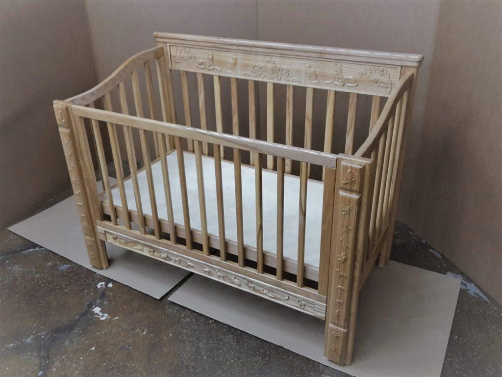 Резная кроватка из массива