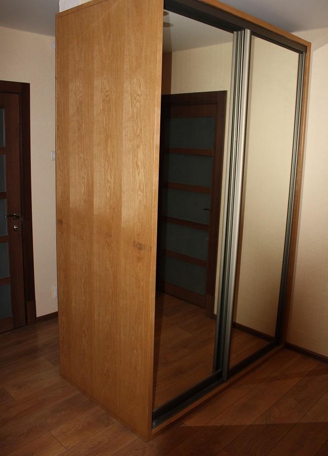 Шкаф-купе с зеркальными дверьми для прихожей