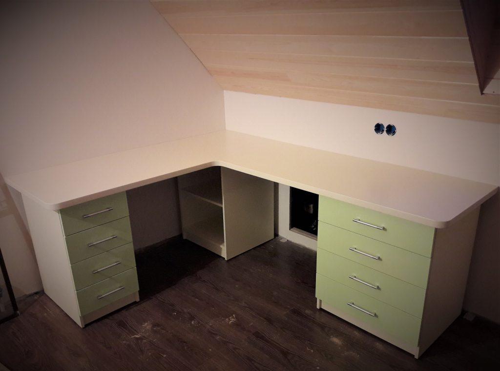 Угловой письменный стол в комнату для девочки